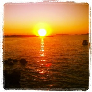 Coucher de soleil sur l'une des plus célèbres plages de Marseille - la Pointe Rouge.